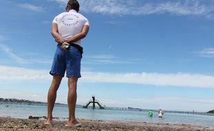 Un CRS maître nageur sauveteur surveillant la baignade (illustration).