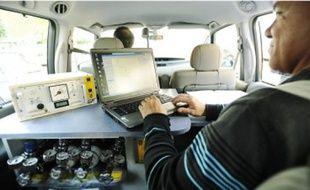 Les techniciens récoltent les données des capteurs placés à l'avant du véhicule.