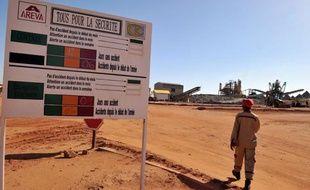 Un homme marche devant l'entrée de la mine d'uranium du groupe Areva à Arlit, au Niger.