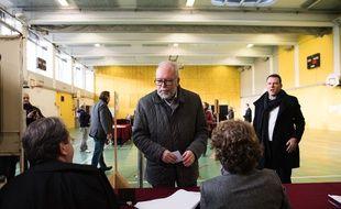 Wallerand de Saint Just, ce dimanche 6 décembre, dans un bureau de vote de Boulogne-Billancourt où la tête de liste FN a voté.