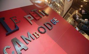 Des clients au Petit Cambodge, l'un des restaurants touchés par les attentats du 13 novembre, qui a réouvert ses portes à Paris le 14 mars 2014