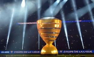 Une réplique géante du trophée de la coupe de la Ligue, dont la finale se tenait au stade Pierre-auroy de Villeneuve d'Ascq, samedi 30 mars.