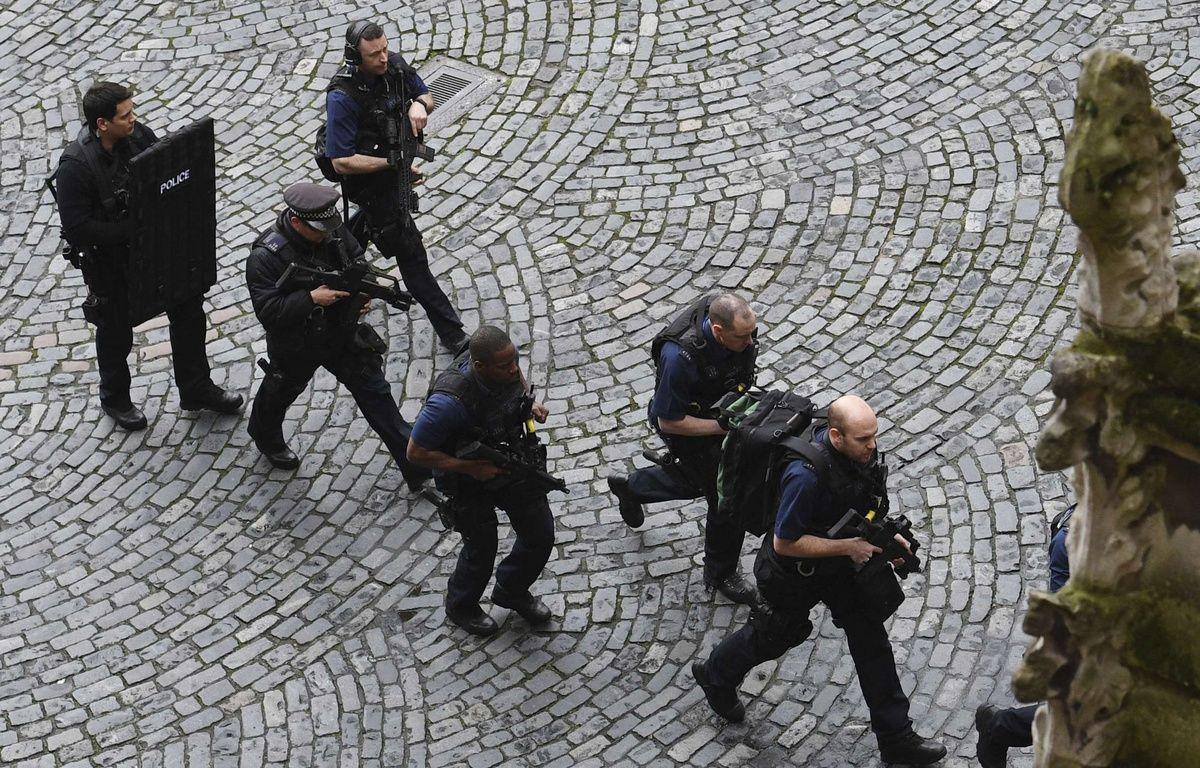 Des policiers lors de l'attaque aux abords du Parlement britannique le 22 mars 2017. – Yui Mok/AP/SIPA