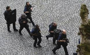 Des policiers lors de l'attaque aux abords du Parlement britannique le 22 mars 2017.