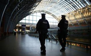 Des policiers britanniques patrouillent à la gare de St Pancras, à Londres, le 8 janvier 2015.