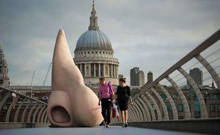 Sculpture d'un nez géant à Londres en 2012