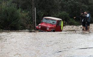 Des habitants constatent les dégâts après des inondations à Nîmes, dans le Gard, le 10 octobre 2014.