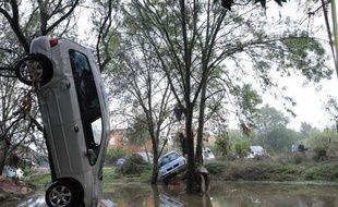Des véhicules endommagés par les intempéries dans l'Hérault, le 7 octobre 2014 à Grabels
