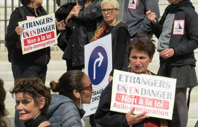 Les manifestants avec leurs pancartes du « Code de la honte ».