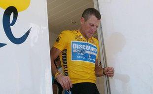 Lance Armstrong à la sortie d'un contrôle anti-dopage, le 20 juillet 2005, sur le Tour de France.
