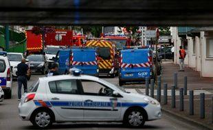 Des policiers bloquent le périmètre de l'église Saint-Etienne-du-Rouvray, près de Rouen, le 26 juillet 2016, lieu d'une prise d'otages
