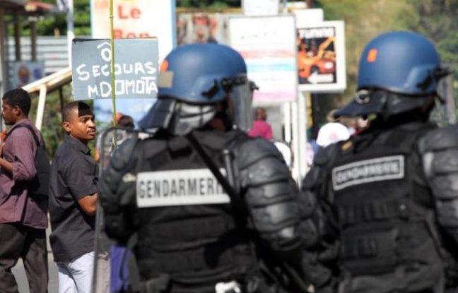 """Le Défenseur des droits réclame des sanctions contre un gendarme auteur en octobre 2011 à Mayotte d'un tir de flash-ball de type """"super-pro"""" sur un enfant qui avait perdu un oeil et demande une étude sur la dangerosité de cette arme, dans une décision publiée mardi."""