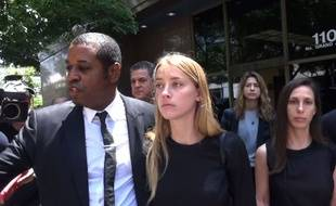 Le 27 mai 2016, Amber Heard quitte le tribunal Los Angeles où elle a demandé que son époux Johnny Depp ait l'interdiction de l'approcher.