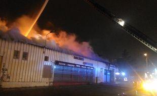 Le bâtiment en feu d'un commerce de la rue Louis-Plana, à Toulouse, dans lequel a été retrouvé le corps d'un homme.