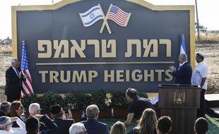 Le Premier ministre israélien Benjamin Netanyahou et l'ambassadeur américain dévoilent le nom d'une colonie baptisée en l'honneur de Donald Trump sur le plateau du Golan, le 16 juin 2019.
