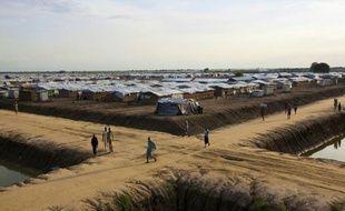 Des Soudanais dans le camp de l'ONU à Bentiu, dans le nord du Soudan du Sud, où logent environ 118.000 personnes déplacées du fait de la guerre civile, le 20 septembre 2015