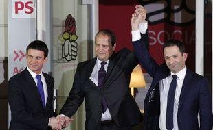 Benoît Hamon serrant la main de Manuel Valls après sa victoire à la primaire PS le 29 janvier 2017.