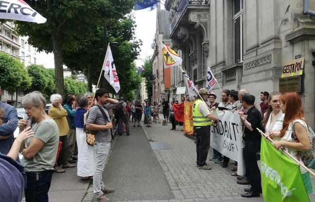 Près d'une centaine d'opposants au projet autoroutier de Grand contournement Ouest de Strasbourg (GCO) se sont rassemblés devant le tribunal administratif de Strasbourg ce lundi.