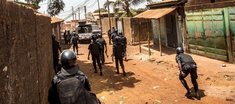 Des policiers interviennent contre des manifestants à Conakry, le 5 mars 2020.