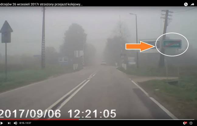 Un panneau de sortie d'agglomération est visible sur la vidéo.