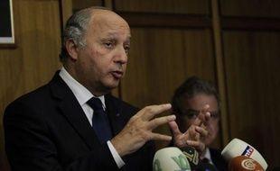 """Le chef de la diplomatie française Laurent Fabius, qui a visité jeudi un camps de réfugiés syriens à la frontière turque, a déclaré que """"le régime syrien doit être abattu et rapidement"""", dénonçant """"les exactions"""" de Damas contre les populations civiles."""