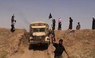 Photo d'archive, diffusée sur le compte Twitter du média jihadiste Al-Baraka le 11 juin 2014, montrant des militants du groupe Etat islamique à la frontière syro-irakienne