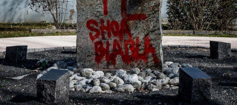 Des tags antisémites ont été découverts dans le cimetière  de Champagne-au-mont-d'or, près de Lyon.