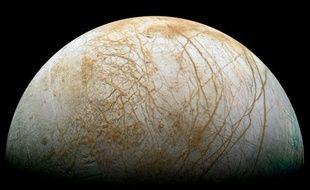 Le satellite de Jupiter, Europe, pourrait abriter un océan liquide sous sa croûte glacée.