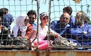 Des migrants sur le pont du navire militaire belge Godetia avant leur arrivée à Crotone dans le sud de la Calabre en Italie, le 30 mai 2015