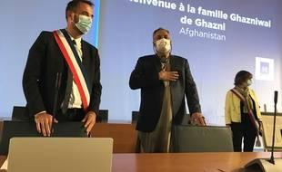 La famille afghane accueillie dans la salle du conseil municipal de Montpellier