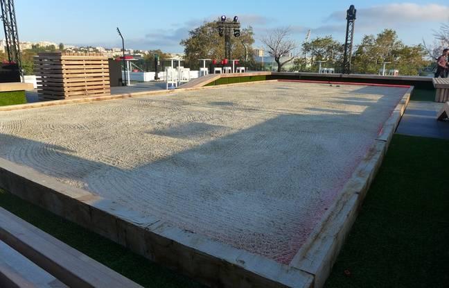Sur la terrasse du nouveau centre du Gym, un terrain de pétanque a été installé.
