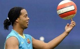 """L'attaquant brésilien du FC Barcelone, Ronaldinho, s'est blessé jeudi aux adducteurs et sera absent des terrains pendant """"environ six semaines"""", soit pratiquement jusqu'à la fin de la saison, a annoncé vendredi le club catalan."""