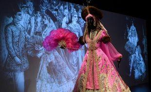 """Une robe présentée au Met de New York dans le cadre de l'exposition """"Jacqueline de Ribes: l'art du style"""", le 17 novembre 2015"""