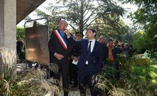 Le ministre de la Ville, Patrick Kanner (d), visite le 16 octobre 2015 le village du Beausset, près de Marseille, pour y promouvoir la construction de logements sociaux