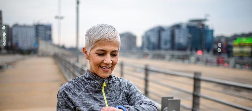 Certaines montres de sport connectées intègrent un cardiofréquencemètre pour suivre le rythme cardiaque.
