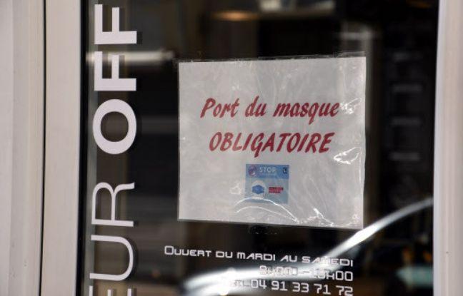 Une affiche sur le port du masque obligatoire, à Marseille, le 18 juillet 2020. (illustration)