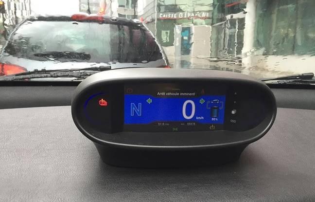 L'écran d'une voiture Autolib' affiche un problème