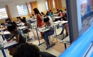 Des élèves de terminale commencent l'épreuve de philosophie du baccalauréat, le 16 juin 2011 au lycée Saint-Paul à Saint-Denis de la Réunion. Quelque 483.000 candidats aux baccalauréats général et technologique ont commencé à plancher à 08h00 sur les sujets de philosophie, épreuve donnant traditionnellement le coup d'envoi du bac dans toute la France. AFP PHOTO / RICHARD BOUHET