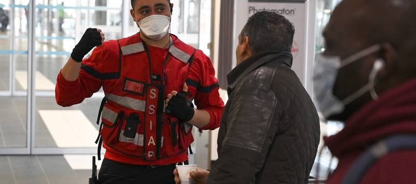 Un membre du Service de sécurité incendie et d'assistance à personnes marque une zone de sécurité à la gare Lyon Perrache après une suspicion de coronavirus, le 24 février.