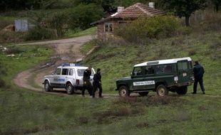 Des membres de la police des frontières bulgare à l'endroit où un Afghan a été abattu le 16 octobre 2015 près de la ville de Sredets