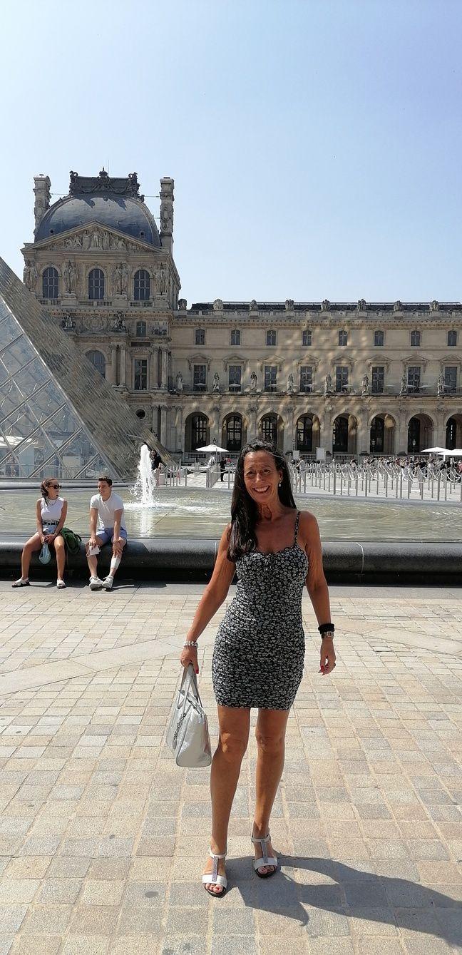 Maria, touriste espagnole en voyage à Paris