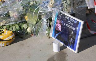 Les supporters marseillais rendent hommage à Bernard Tapie, ancien propriétaire du club de football français l'Olympique de Marseille (OM) au Stade Vélodrome, à Marseille, le 7 octobre 2021.