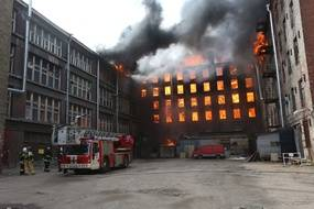 Un gigantesque incendie a ravagé un bâtiment classé de Saint-Pétersbourg lundi 12 avril 2021.