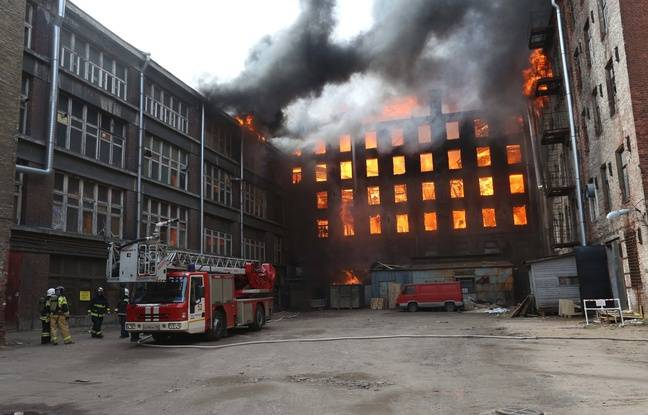 648x415 gigantesque incendie ravage batiment classe saint petersbourg lundi 12 avril 2021