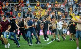 Des supporters lensois envahissent la pelouse de Bollaert
