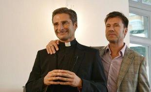 Le prêtre polonais Krysztof Olaf Charamsa et son compagnon Edouard, lors d'une interview au cours de laquelle il révèle son homosexualité, le 3 octobre 2015 à Rome