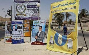 A Tripoli, les bureaux ont ouvert à l'heure et les électeurs faisaient la queue pour voter, selon un journaliste de l'AFP, huit mois après la fin du conflit armé ayant provoqué la chute puis la mort de Mouammar Kadhafi qui a dirigé le pays d'une main de fer pendant plus de quatre décennies.