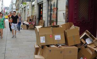 Cartons de commerçants sur les trottoirs du centre-ville de Nantes.