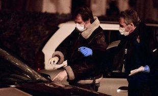 La police enquête à Marseille après la mort d'un homme tué par une rafale de kalachnikov, le 28 janvier 2014 à Marseille.