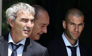 Raymond Domenech et Zinédine Zidane, reçus à l'Elysée par Jacques Chriac en 2006.